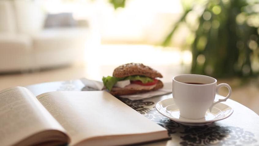 Gute Bücher bei einer guten Tasse Kaffee